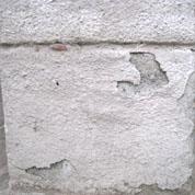 壁面の塗膜の浮き、塗料のはがれが目立つ。